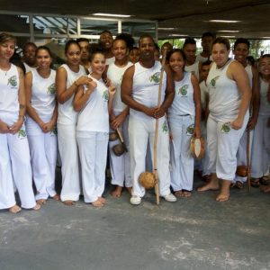 Capoeira do Guarujá conta com a ginga e a atuação do mestre Trovão